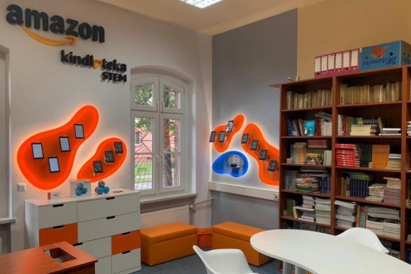 Nowy rok szkolny z Amazon STEM Kindloteka BIZNES, Edukacja - Do końca roku powstanie 35 STEM Kindlotek – specjalnie zaaranżowanych przestrzeni do nauki w całej Polsce. Organizowane są kolejne zdalne zajęcia dla dzieci i nauczycieli w ramach programu STEM Kindloteka Online.